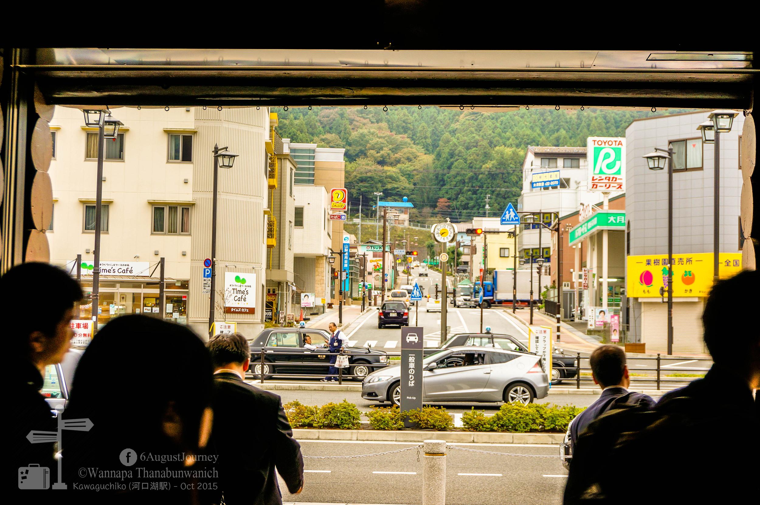 เดินออกจากจุดนี้เลี้ยวขวาจะเห็น ตู้เก็บตังผ่านทางไป รถไฟสายคาวากูจิโกะ