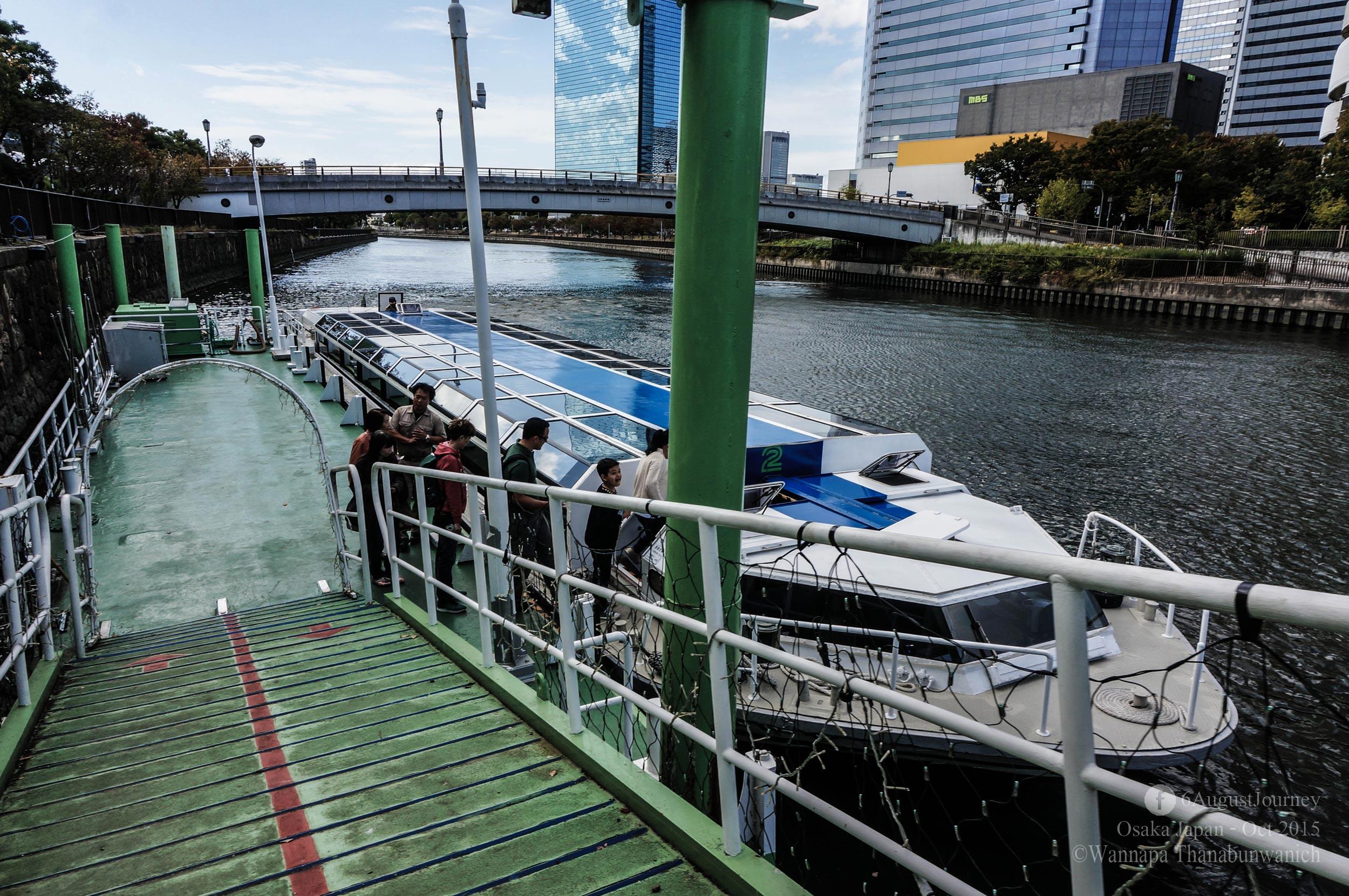 สังเกตไหมว่าหลังคาเรือเป็นกระจกค่ะ น่าตื่นเต้น