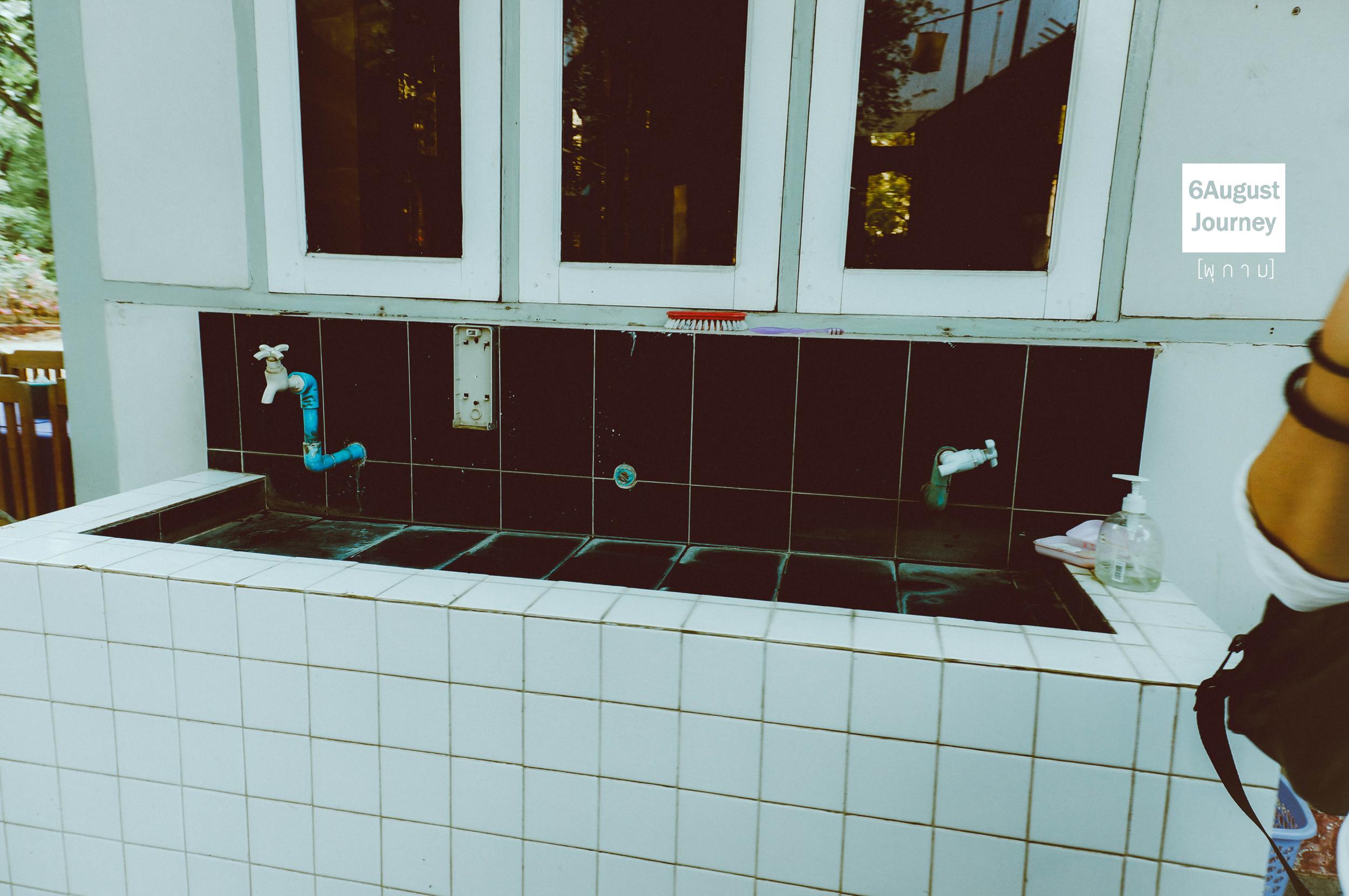 มุมล้างมืออยู่หน้าร้านเลย