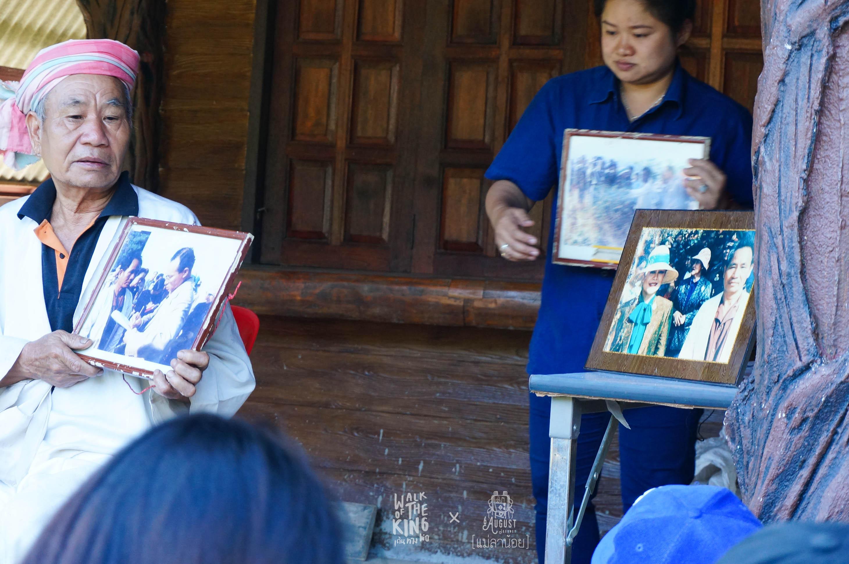 ซ้ายมือเป็นภาพถ่ายในหลวง กับ ปู่บุญโสม โดยฝีพระหัตถ์ของพระราชีนี ส่วนขวามือเป็นภาพถ่ายฝีพระหัตถ์ของในหลวง