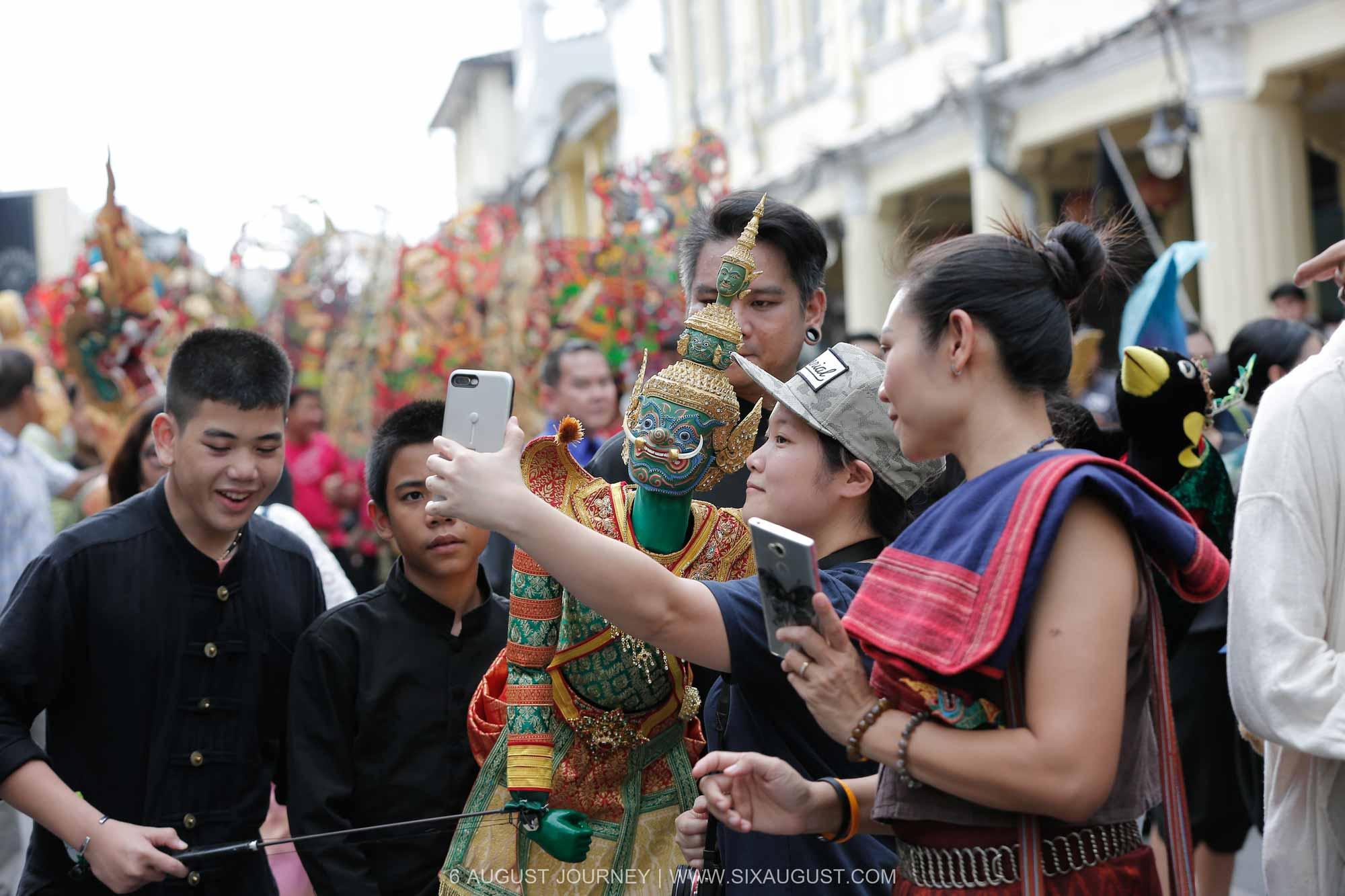 ขอถ่ายรูปกับทศกัณฑ์ เทศกาลหุ่นโลกภูเก็ต