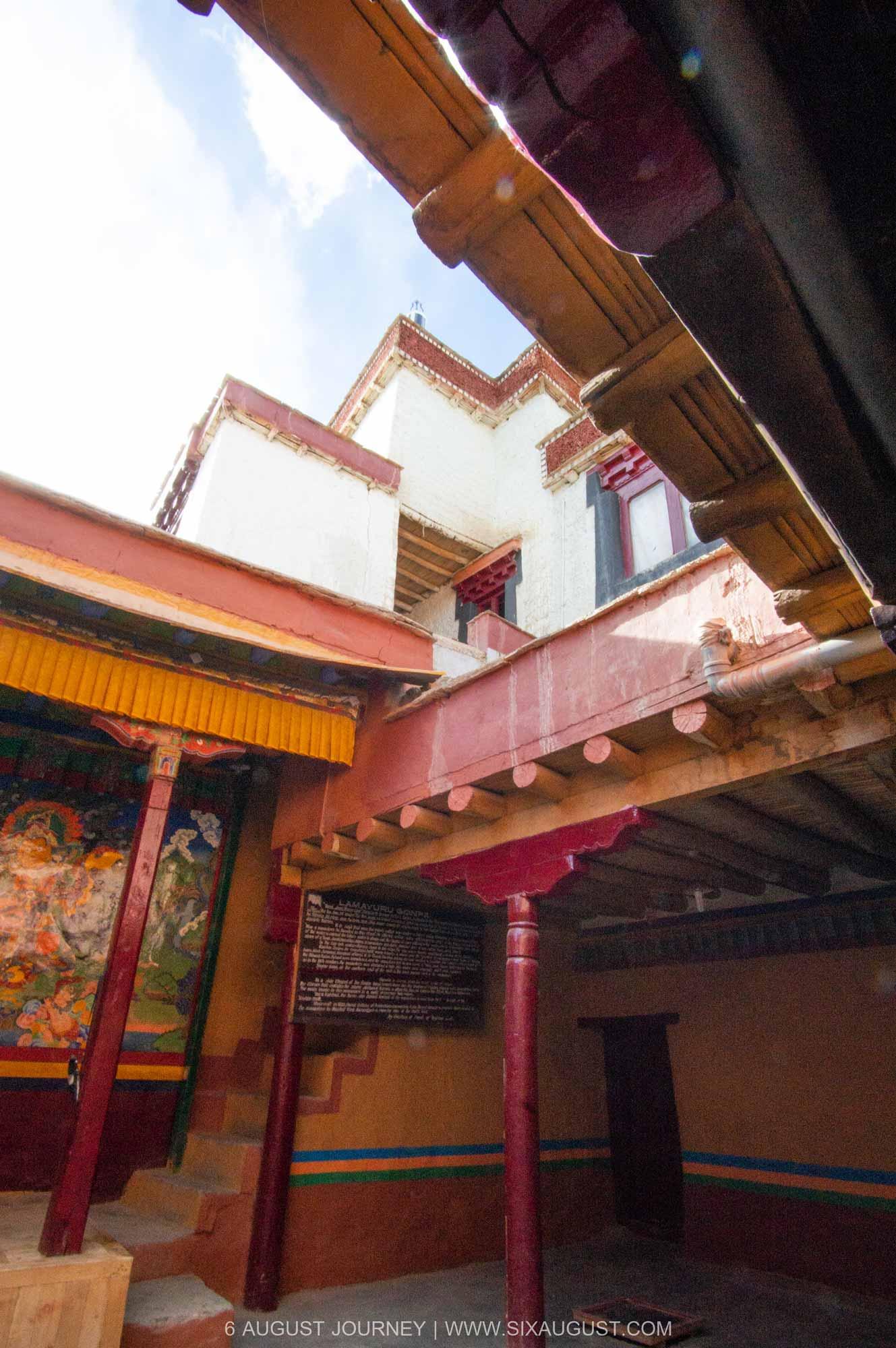 สีของความ Lamayuru Monastery คือ